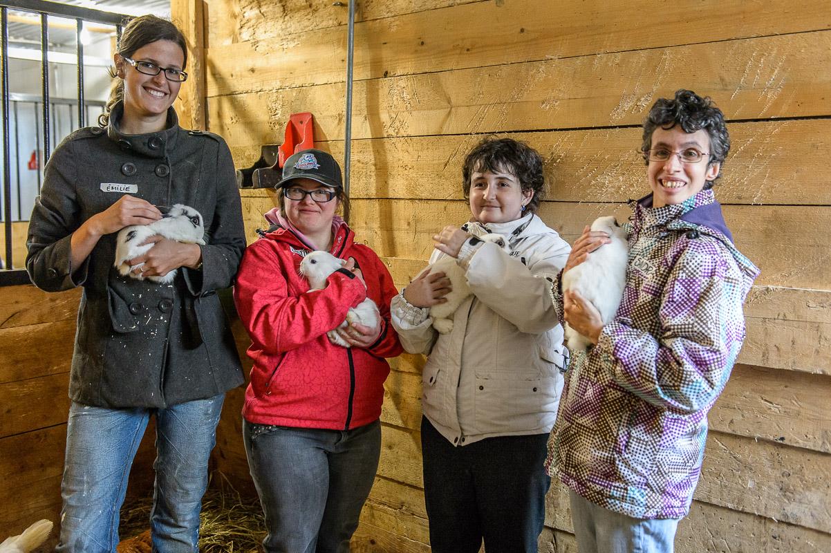 Flatter les lapins aussi gentils, rien de plus facile explique Émilie bébévole à ces trois participantes!