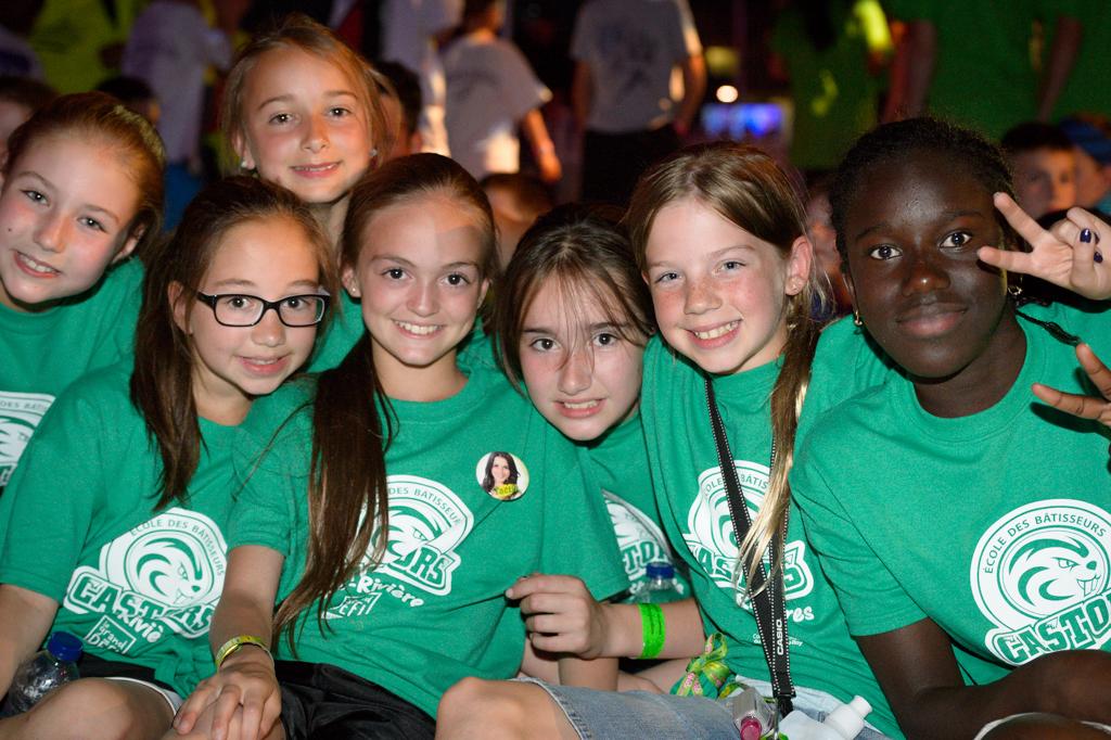 Ces jeunes filles étaient ravi du spectacle de Yannick