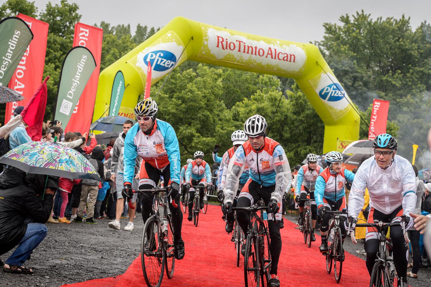 L'arrivée des cyclistes se poursuit.