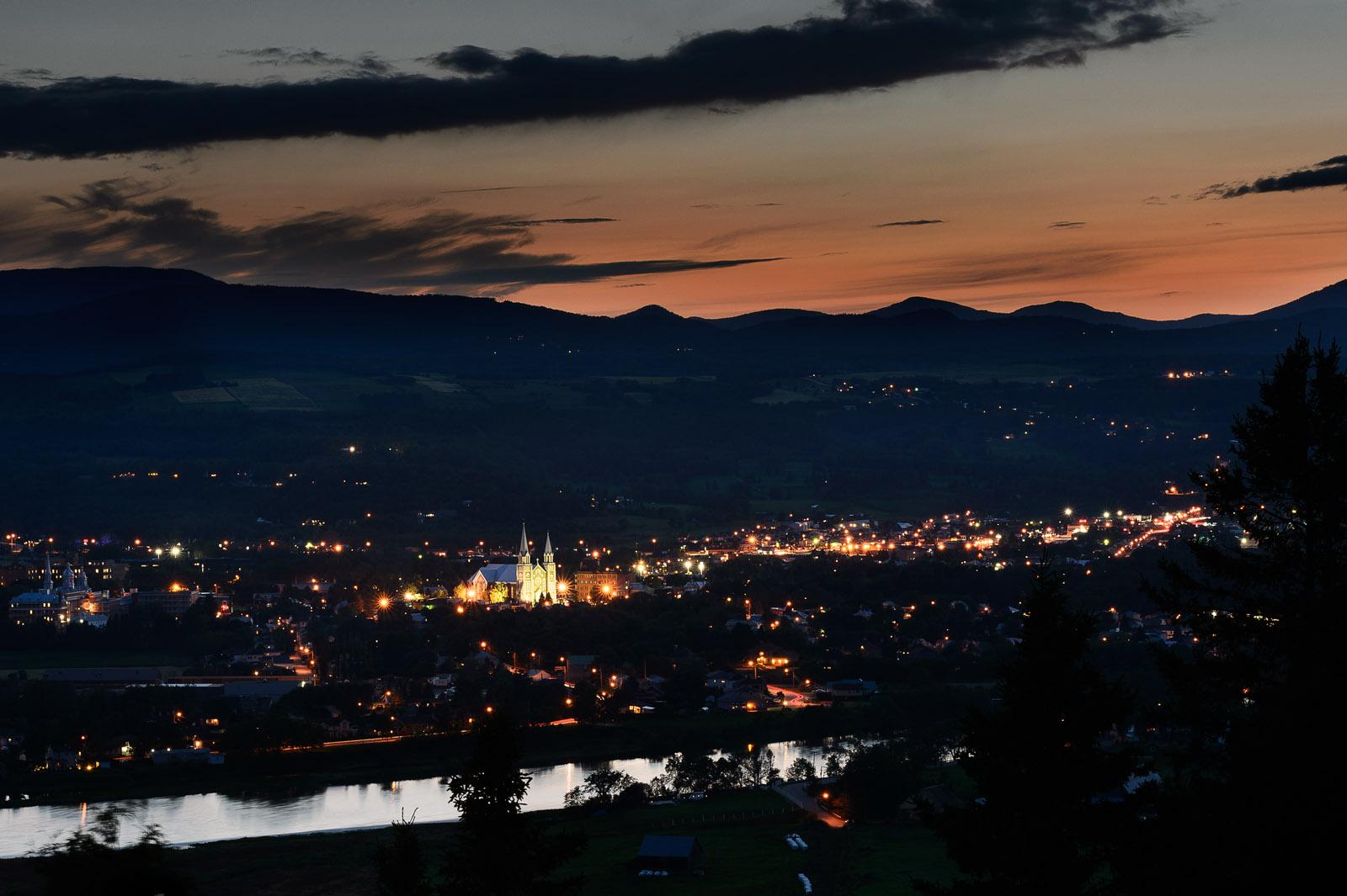 Baie Saint-Paul: vue sur le village 40 minutes après le coucher du soleil