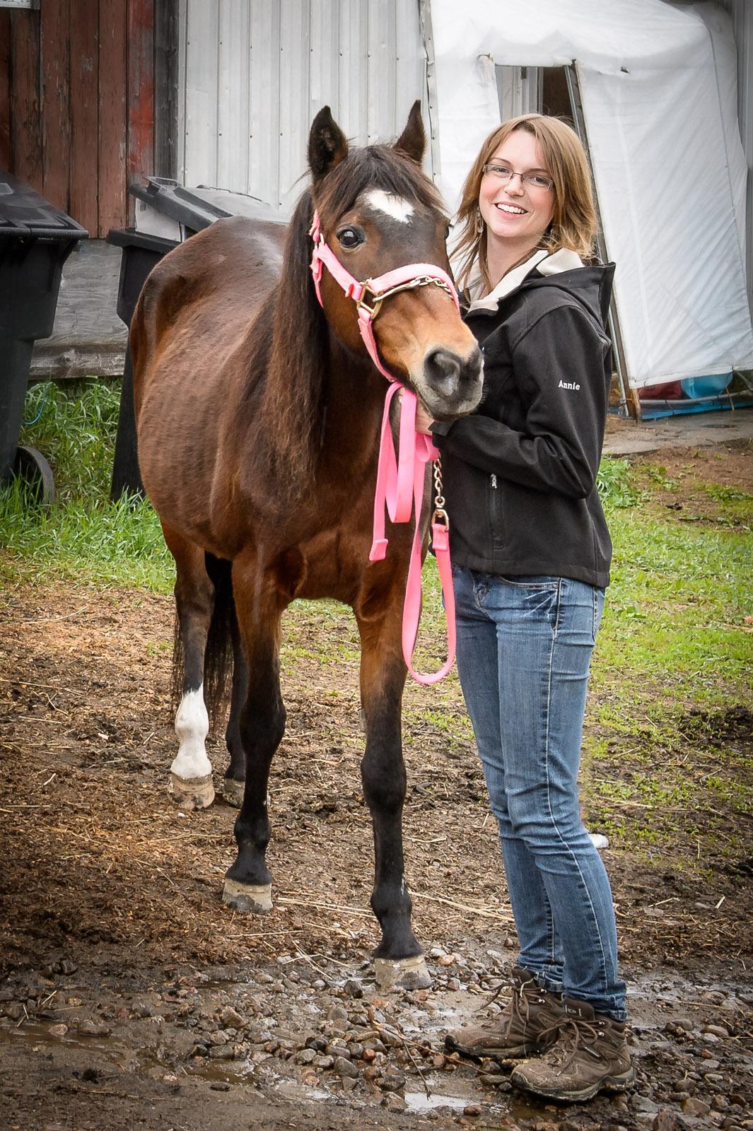 Élyse telle que je l'ai vue pour la première fois le 25 mars 2013. Ici en compagnie d'Annie Girard une adepte d'équitation et une bénévole de l'équipe de Julie.