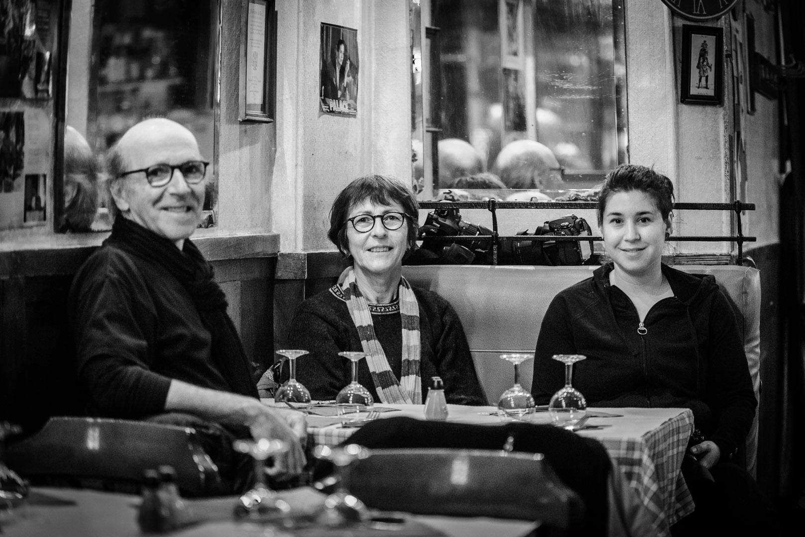 De gauche à droite: Pierre Vézina, Joan Pouliot et Karyne Gagné bien installés à leur table qui attendent leur dîner.
